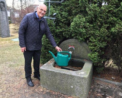 EN LITEN SKATT: Erik Bøe ved en av vanntroene som er fint integrert i utemiljøet på kirkegården. De understreker det vakre og sjarmerende på stedet.