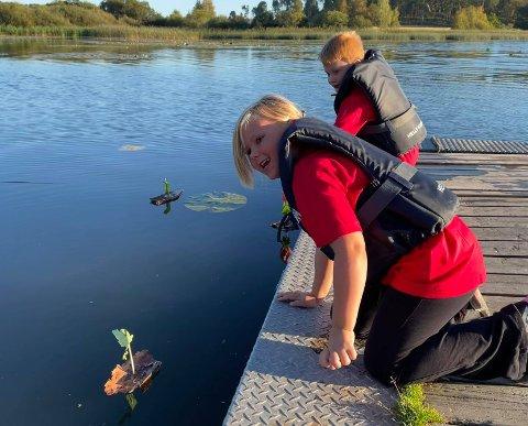 BARKEBÅTER: Sofe Nathalie Harjo-Kittelsen og Troy Liverød lagde barkebåter da Barnas Røde Kors var på Svinessaga sist uke.