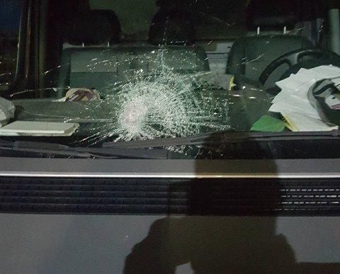 GRUSOMT: En stein på størrelse med en håndball kom susende inn frontruta. Kun flaks førte til at Frank Medalen ikke ble skadet.