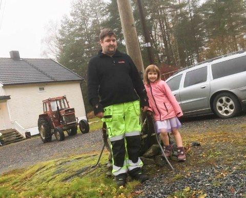 FÅR RASKERE NETT: Bredbånd kan komme til nytte også for yngste generasjon i Otteid, konstaterer Raymond Thunem sammen med datteren Line (6 år).