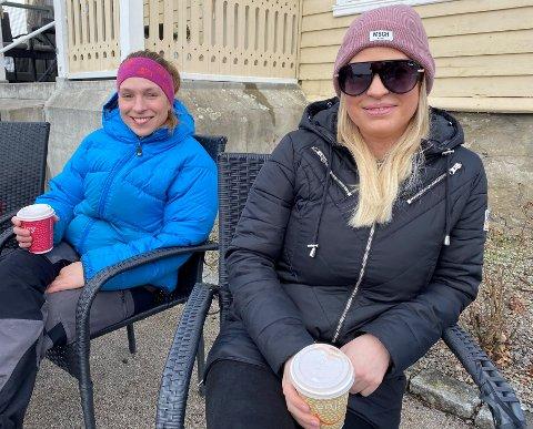 UTEKAFFI: Helene Olsen og Julie Fosse tek seg ein kaffikopp i Fjøra, medan ungane leikar rundt. Dei hadde helst sett at det var litt meir vår i lufta.