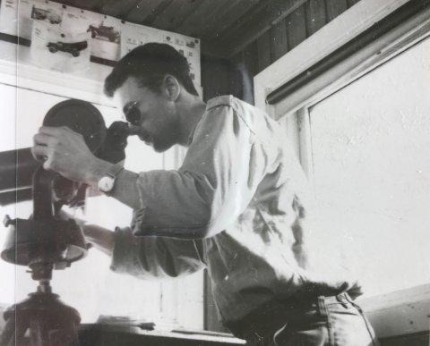 [b]PÅ VAKT:[/b] Oddbjørn Fjose poserer for kamera med en stasjonær kikkert i observasjonsposten på grensen.