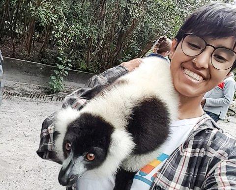 """På nært hold: Her er Hannah Valeria Lien på """"lemur-øya"""" hvor hun plutselig fikk en lemur på skulderen som var veldig fristet av bananen Hannah hadde med seg."""
