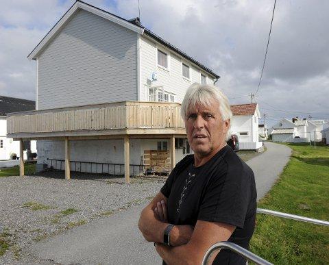 Tar på: Verandabyggeren innrømmer at han har hatt mange søvnløse netter siden byggesaken begynte å rulle i fjor sommer. Nå har fylkesutvalget vedtatt at verandaen skal få stå.