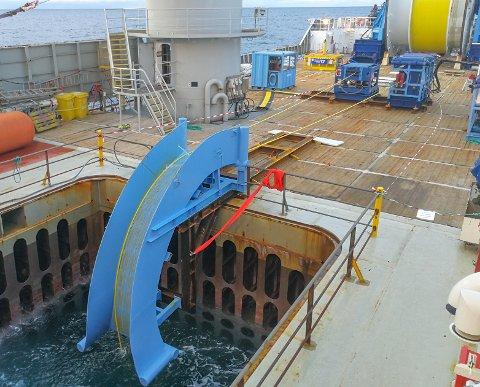 «Olympic Challenger» har nå lagt ferdig den fiberoptiske kabelen som skal kobles opp mot Njord A og B når de kommer på plass i Norskehavet neste år.
