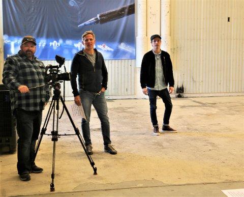 Filming i trykkerihallen: Fotograf Yngve Ask (t.v.), kreativ leder Henning Wangsnes i VNK og kulturkonsulent Lars Isachsen Jemterud i Nord-Aurdal kommune på videoinnspilling i lokalet der det tidligere ble trykka aviser.