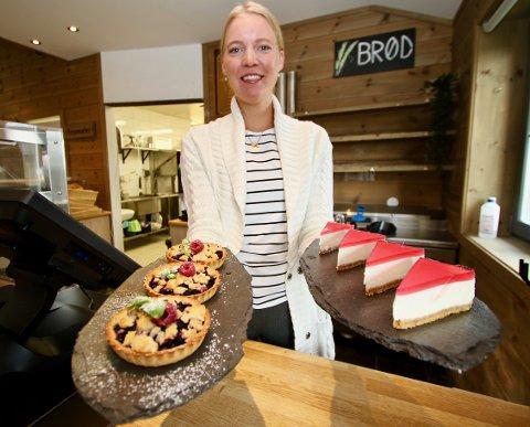 Varter opp: Daglig leder Madelene Wallengren lager blant annet terter og ostekake, som skal stå side om side med brød og gjærbakst fra Bakeriet i Bagn.