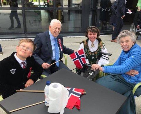 Fest: Fra v. det yngste barnebarnet Fredrik, Dagfinn Danielsen (83), datteren Karin Helen Danielsen i nordlandsbunad, og Mari-Ann Danielsen, som fyller 78 år 2. juni.
