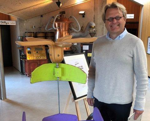 RØPER NOE: Her viser Kjell Erik Nordahl, daglig leder ved Huset Aukrust, litt av den fantastiske Ola-bilen som er utstilt. Det er Plassen barnehages avdeling Reodor Felgen som sist barnehageår lagde den.