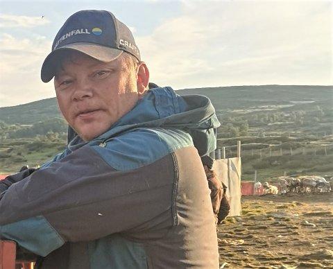 EN AV FÅ SOM KAN FAGET: Morten Brandfjell (51) underviser 12- til 19-åringer i tradisjonelt håndverk under Raasten Rastah.