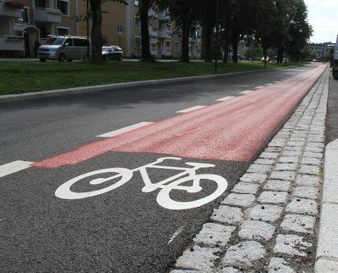 SYKKELFELT I FARGER: Mange byer har fått sykkelfelt markert i rødt. Nå kan Ås få det samme. Her fra Lillestrøm.