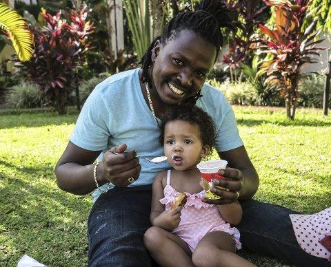 FAR OG DOTTER: Gabriel har berre sett dottera si tre gonger etter at ho vart født. No er Ylva Charlotte 2 år og to månader.