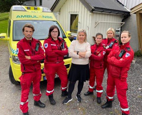 Utålmodig: – Vi blør dessverre ikke saktere, og vi vil ikke føde i ambulansen, sier ordfører Aase Refsnes i Steigen, her sammen med deler av dem som betjener ambulansene i kommunen.