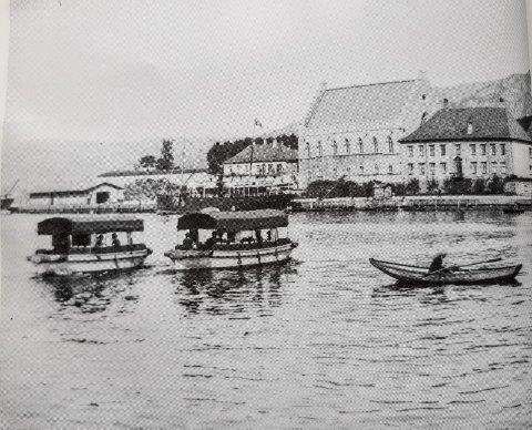 I dag er det 125 år siden 1. august 1894, da to ferger ble satt i drift mellom Bradbenken og Holbergsalmenning. Billetten kostet 5 øre for voksne og 2 øre for barn.