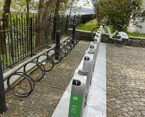Den siste tiden har Bymiljøetaten satt opp flere nye bysykkelparkeringer i sentrum. Dette stativet ved UiB på Dragefjellet møter litt undring da parkeringen står i veien for det svarte sykkelstativet du ser ved gjeedet..