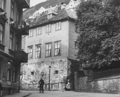 «Latinskolen» i Lille Øvregate 38. Det var her Bergen katedralskole holdt til fra 1554 av. Det eksisterende bygget ble reist etter bybrannen i 1702. Da det nye skolebygget sto klart i 1840, ble huset overlatt til fattigvesenet og brukt som gamlehjem helt til 1960-tallet.