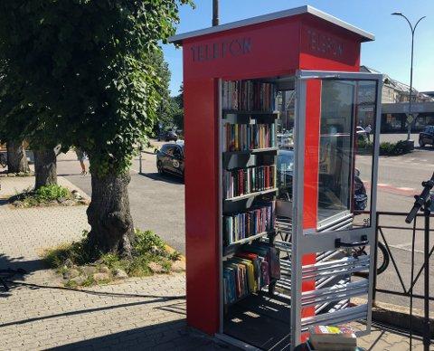 VELKOMMEN INN!: Med bøker til innbyggere og tilreisende vil den eneste gjenværende og verneverdige telefonkiosken i Krødsherad komme til ære og verdighet igjen.