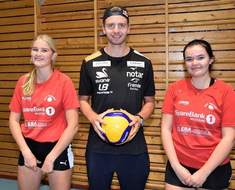 SAMMEN MED HELTEN: Ine Wierli Berget (15) og Aurora Tangerud (15) fikk storfint besøk av OL-vinner Christian Sørum.