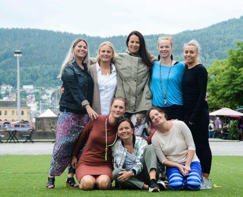DEN INTERNASJONALE YOGADAGEN: Byen Vår Drammen tilrettelegger og alle som tilbyr yoga i Drammen er med på et 14 timer langt yogatilbud på torsdag. Bak f.v.: Katrine Chi (Attic), Marianne Feydt (Medisinsk Yoga Drammen), Ragnhild Lien (Akropolis), Ingvild Søreide (Attic) og Anne-Lene Fredriksen (Olympus). Foran f.v.: Trude Ustaheim (Sats), Louise Winness Prestgard (Byen Vår Drammen) og Charlotte Møllen (Hetebølge Hot Yoga).