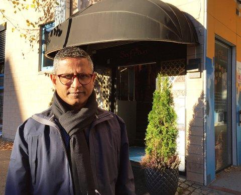 Joseph John har drevet Safran restaurant i to år, men siden oktober har han ikke kommet inn i restauranten. Ifølge ham ble låsene skiftet.