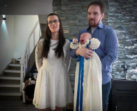 HJEMMEDÅP: Dåpsbarnet var ikke helt fornøyd da bildet skulle tas, men mamma Ann Kristin og pappa Rolf Are syntes hjemmedåp var en fin opplevelse.