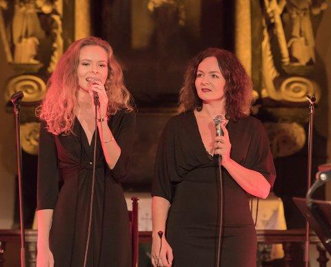 JULEKONSERT: Tirsdag kveld sørget Pernille Heckmann og datter Ingrid Heckmann Hagen (18) for julestemning i Gamle Glemmen kirke. De hadde med seg gitarist Sølve Didriksen (19) og pianist André Bongard.