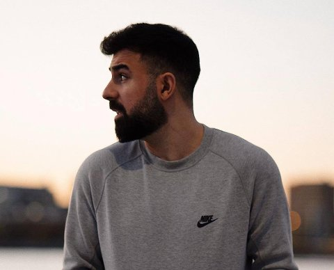 Dyar Al-Ashtari (25) er den i Fredrikstad under 30 år som hadde høyest inntekt i fjor. I løpet av det siste året har gründeren blitt pappa og bosatt seg i Oslo.