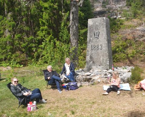 GJENFORENT: Familien Carlsson ble nødt til å møtes ved svenskegrensa. Her er Karins søster, foreldre og datter.