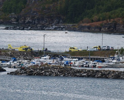 Både ambulanse og politi rykket ut til en småbåtulykke i Bjerkvik søndag ettermiddag.