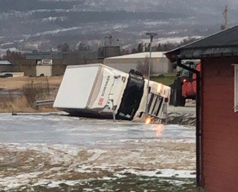 STORE KREFTER: Ifølge tipseren var det vinden som gjorde at denne lastebilen havnet i grøfta.