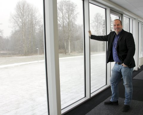 VENTER PÅ BEDRE TIDER: Hotellsjef Patrik Ekman må stenge hotellet i Charlottenberg for en periode, men har bestemt seg for å ha is i magen. Bildet er tatt rett etter åpningen i 2017.