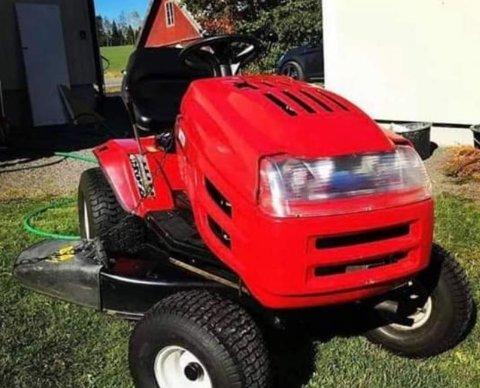 STJÅLET: En traktorklipper er blant det som ble stjålet fra en garasje i Lunner natta mellom 25. og 26. august.