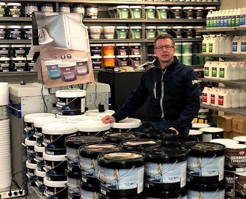 LITT AV ALT: – Vi kan ikke ha alt, men forsøker å ha litt av alt, sier kjøpmann Bjørn Vidar Lihagen som snart starter malebutikk i kjelleren på Joker i Aremark.