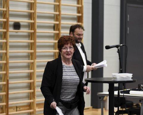 Magnhild Helleland leverte underskriftslister med 985 namn som støttar krav frå tre pensjonistlag om å få på plass at planane om opprusting og ombygging av Bråvolltunet. Foto: Eli Lund