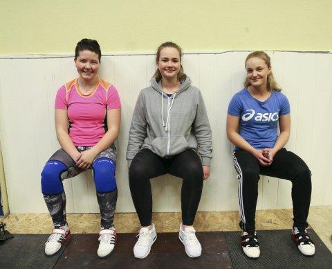STYRKEØVELSE: Charlotte Aksdal Tollaksen (f.v.), Lone Austerheim og Kristine Veim på trening i Tysvær Vektløfterklubb.