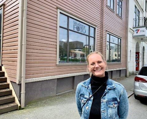 PUSSET OPP: Linn Tryggestad utenfor Haraldsgata 68 ved Rådhusplassen. Her skal Vangenfamilien leie etasjen hvor Linns far Jan Roger har drevet Moderne Foto.