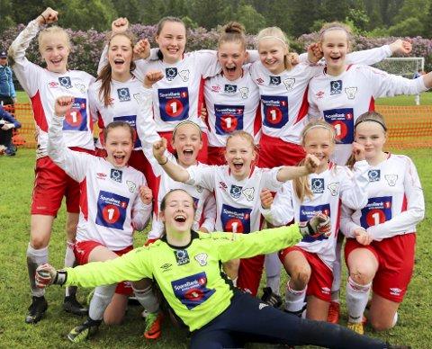 SEIERSJUBEL: Halsøy-jentene jubler vilt etter finaleseieren i Kippermocupen. De har et veldig godt lag som blant annet ble kretsmestre i fjor høst.