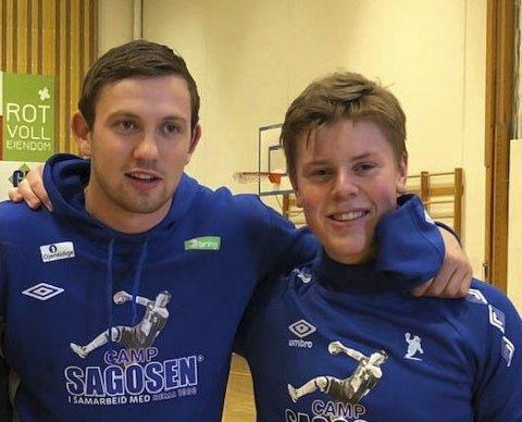FORBILDE: Bendik deltok på Camp Sagosen juni 2018, og her er han sammen med landslagsstjerne Sander Sagosen.