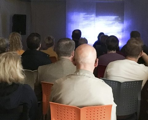 FULLT: Det var fullt i Galleri Villa Borealis da festivalkunstner Tine Syrel Lange presenterte sine lyder i kombinasjon med en spesiell video.