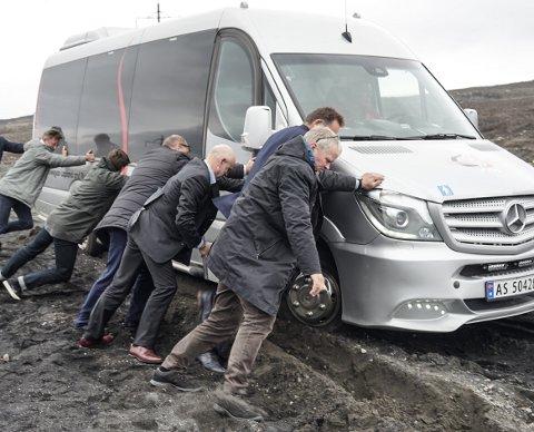 GUTTA PÅ TUR: Minibussen som kontroll- og konstitusjonskomiteen kjørte i havnet i grøfta, og da måtte alle mann til pumpene.