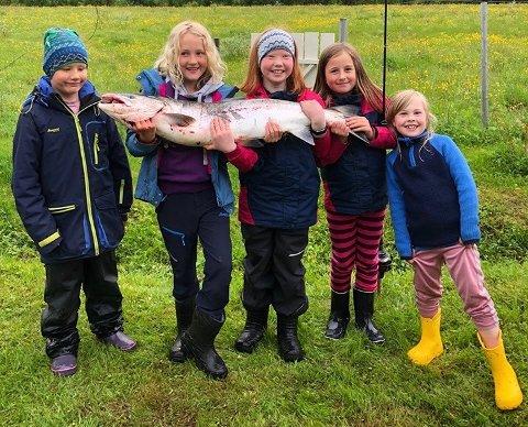 STORFISKERNE: Denne gjengen fikk landet storlaksen på bildet fredag. Vekta stoppet på utrolige 11,3 kilo. På bildet er: Tora, Aksel, Wilma, Luna og Lilly.