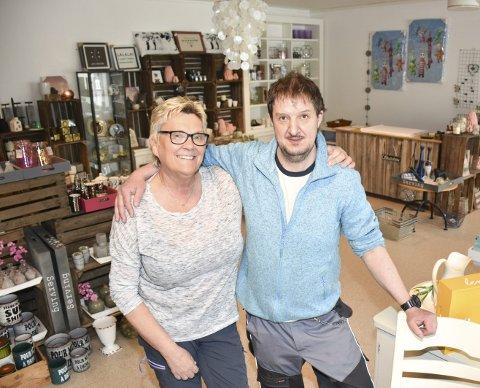 Ny skattekiste: Anni Martinsen og Gjermund Karlsen er fornøyde med den nye butikken. – Vi tar fortsatt imot brukte ting, sier de.Foto: Bjørn Ivar Bergerud
