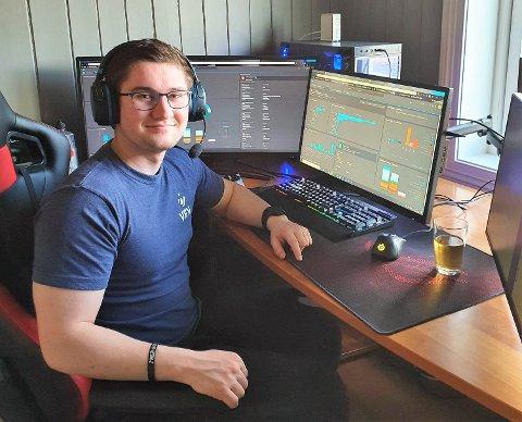 Kjetil Lunder, som jobber ved Vev sitt kundesenter, jobber hjemmefra og svarer på spørsmål via chat, epost, facebook og telefon. Foto: Privat
