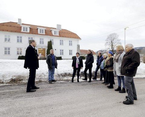 Ved herredshuset: Fra venstre: Guide Alf Johan Svele (H), Sindre Stang (H), Kristine Flåtten (Ap), Aleksander Leet (H), Bernt Bonden (Sp), Aud Gunnestad (Ap), Paul Gregersen (Sp), Ellen Stampe (H), Elin Gran Weggesrud (Ap) og Per Gerhardsen (Ap). Foto: Pål Nordby
