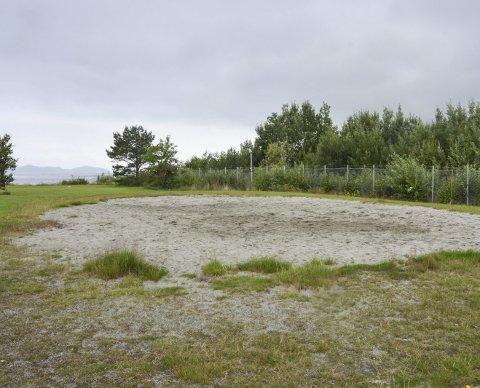 Fjerna: Nettet på volleyballbanen i Husnes båthamn er tatt bort.