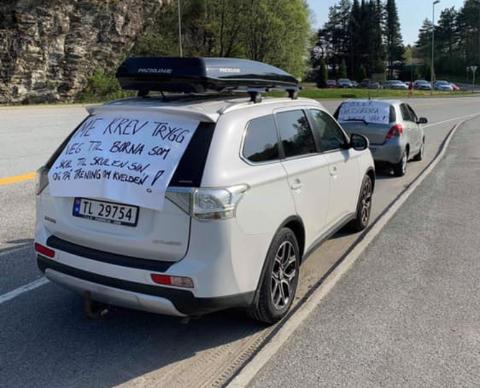 Ein av aksjonsbilane, med oppfordinga «Respekter fartsgrensa på bygda vår» vart tysdag forbikøyrt i 80-sona. – Det er overraskande, men det er slik det er her, seier Annike Nistad i Trafikksikringsgruppa på Hatlestrand. (Foto: Privat).
