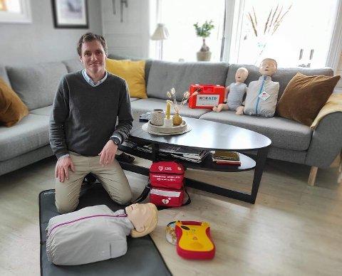 I mange år har Jonny Lygre på Halsnøy instruert i førstehjelp. No har han satsa på eige firma.