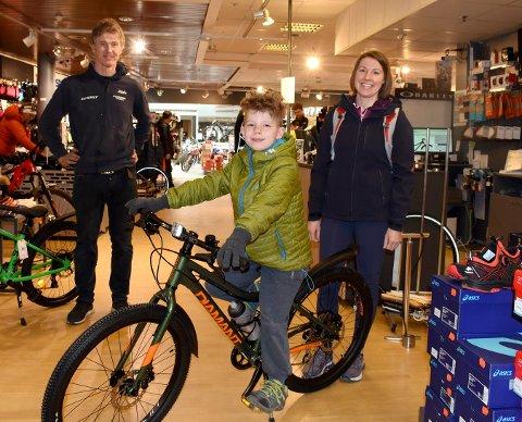 Max Cairns var en fornøyd gutt etter at mamma Hanne hadde kjøpt ny sykkel til ham. Roar Skalstad ved Intersport Kongsberg har mye å gjøre om dagen. De selger både sykler og klær, og har mange sykler å reparere.