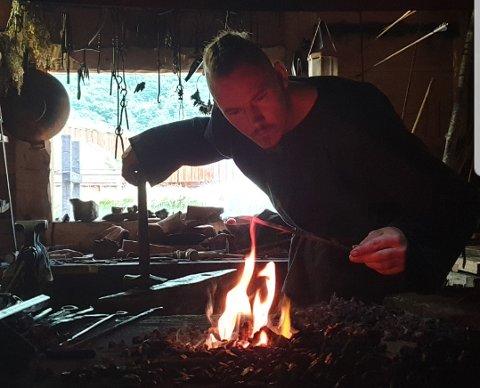 Smed: Helt siden barneskolen har Anders Jarle Johansen vært interessert i vikingtiden.