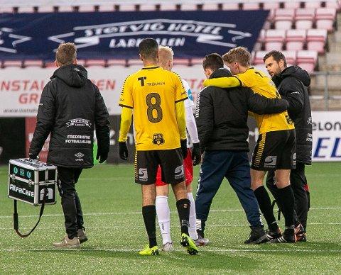 PÅ LEGEVAKTEN: Etter at Aleksander Bjørnvåg fikk seg en smell i starten av andreomgang mot FFK søndag, ble han fraktet til legevakten. Det står imidlertid godt til med midtstopperen.